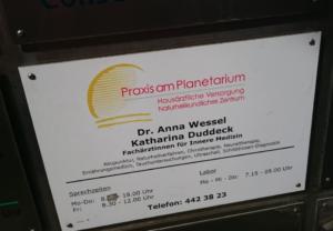 04_Praxis am Planetarium Schild